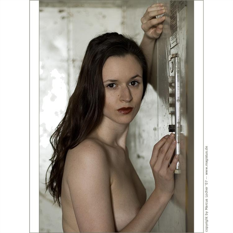 Anna — Push the Button #2 - Akt - Fotos von Marcus Locher