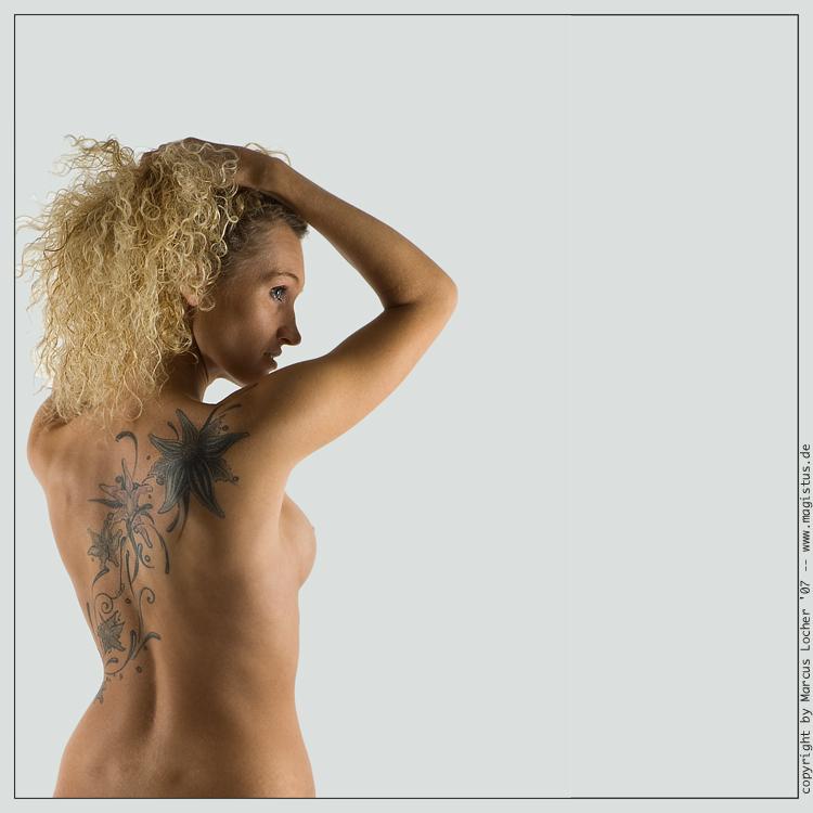 Sabrina — Tattoo - Akt Fotos von Marcus Locher