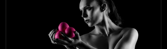 Lowkey Artist - Colorkey Nude Art Shooting with beautiful artistic model posing naked with her colorful juggling balls. - © by Magistus