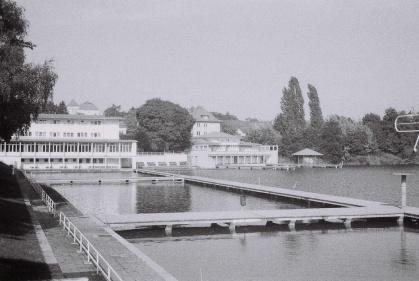Familienbad - Naturbadesee Großer Woog Darmstadt (im Hintergrund die Jugendherberge) DACORA dignette 300 SL - Ilford HP5 Plus 400 Black&White Film 35mm