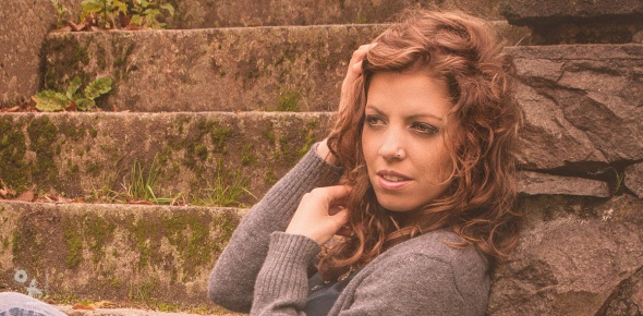 Autumn Beauty - Breautiful autumn outfoor portrait with super model in blue jeans on strairs - © by @MagistusFoto