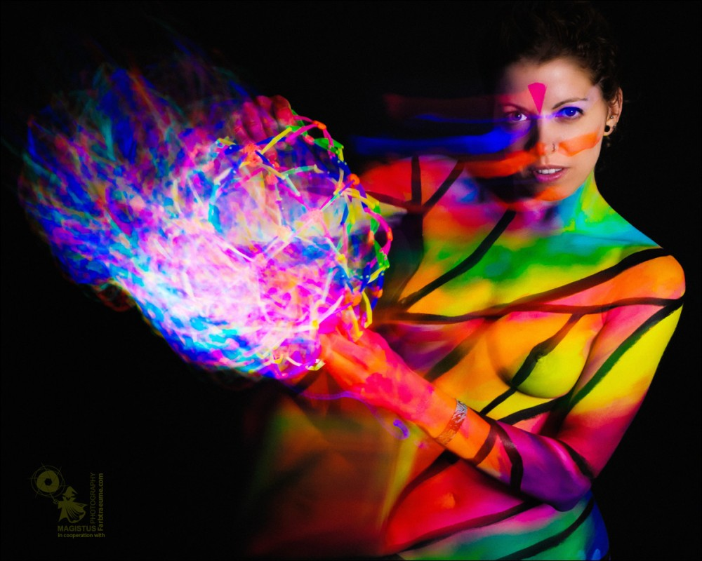 Light Sphere - UV-Bodypainting  with  Long Exposure Effect - Copyright by Magistus & Farbtraeume.com